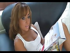 Sister wank reading a magazine - JOI