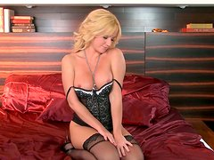 MILF porn model Angela Sommers pokes her wet twat with smooth dildo