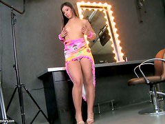 Gigi shows off her snatch and smashes it with a dildo