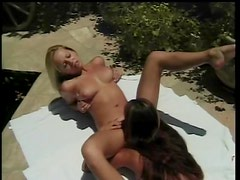 Lesbians eat pussy in the sun outdoors