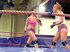 Amazing Catfight Video: Blonde Fights Brunette !