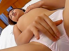 Asian bitch Ami Shono fingers her nice pussy in the morning