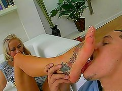 Blonde babe got really nice nails and toes and she gives perfect footjob