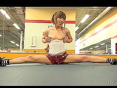 Sporty and acrobatic Risi2 demostrates her body in gym