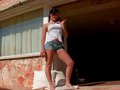 Country girlie Whitney Birch rubs her clit in the doorjamb