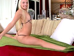 Flexible girl Maci Lee does the splits and gets her pussy licked