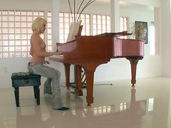 Pianist Ash Hollywood is a wonderful and voracious cock sucker