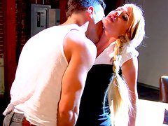 Mega sexy blonde babe Taylor Wane has a perfect mouth for fucking
