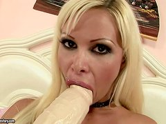 Kinga Loves Putting Huge Objects In Her Snatch