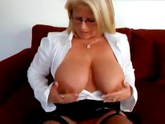 Thick Milf Toys With Herself In A Solo Clip