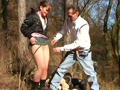 Shameless amateur brunette Regina provides a dick with a blowjob in the park