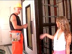 Slut in skirt blows the elevator repairman