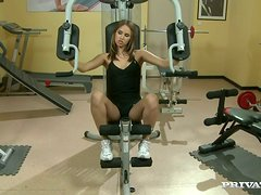 Sexy Babe Giving Blowjob In Gym