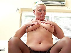 Amateur blonde mother loves to play with herself