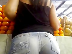 AMAZING ASS IN TIGHT JEANS...
