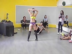 Girl shaking her ass with style