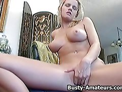 Bombshell Lisa Neils playing her pussy with dildo