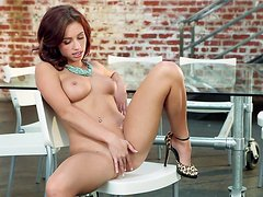 Beauty Victoria Lynn is touching her naked puss