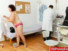 Mature woman get her old and hairy pussy toyed