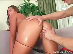 Slutty mommy gets cunt pleasured