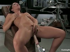 Lusty brunette babe squirts on a fucking machine