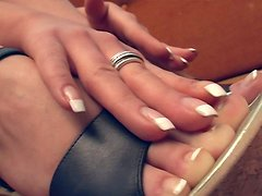 Brunette harlot Suzanna wants her lover to worship her feet