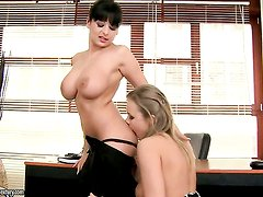 Brunette sex kitten with big jugs finds Colette W.