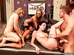 Lexi Belle plays with her clit as she