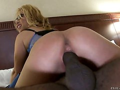 Mia Rider gets her pussy pumped full of