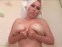 Curvy Desiree Deluca masturbates in shower