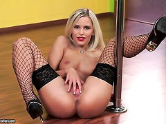 Blonde Dido Angel demonstrates her private