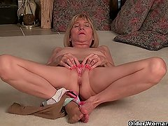 Skinny granny Bossy Rider works her old holes