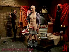Dominatrix Babe enjoys Humiliating Male Slave