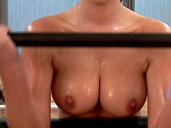 Desnuda - Fit and slippery naked girls in gym