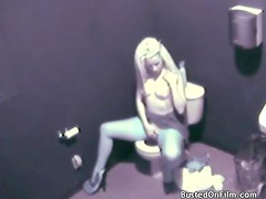 Blonde ends up masturbating after a pee