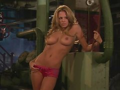Sexy cutie Sharae Spears poses for the cam in a basement