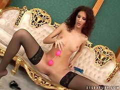 Perfect babe gives a perfect solo show