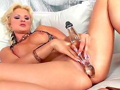 Kassey Krystal puts that glass dildo deep inside in her puss