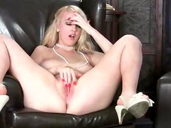 Pecho - Voluptuous blonde gropes her breasts and plays with her cunt