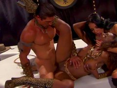 Perverted threesome scene with alluring babes that are sucking together