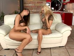 Steamy dykes Sandy and Zafira eat one another's peach