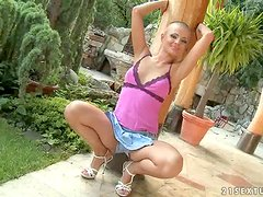 Minifalda - Sinead the nasty bald babe stretches and fingers herself