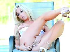 Blonde hottie gives outdoor solo