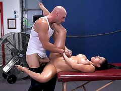 Músculo - Busty Diamond Kitty gets massaged by muscled Johnny Sins and gets his cock up her juicy ass